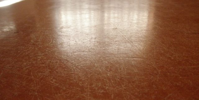 Beschadigde linoleum vloer - zo ziet uw vloer er zo uit